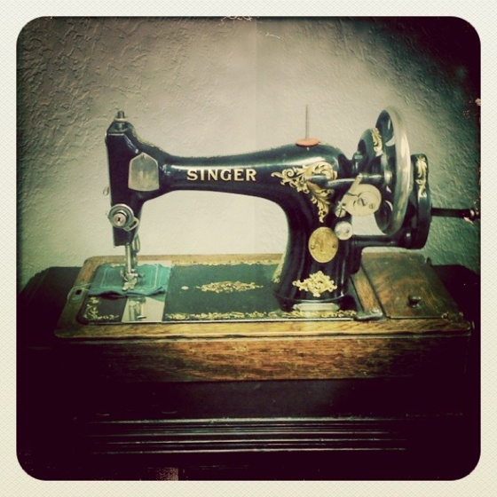 Vintage hand-crank sewing machine.: Sewing Machine