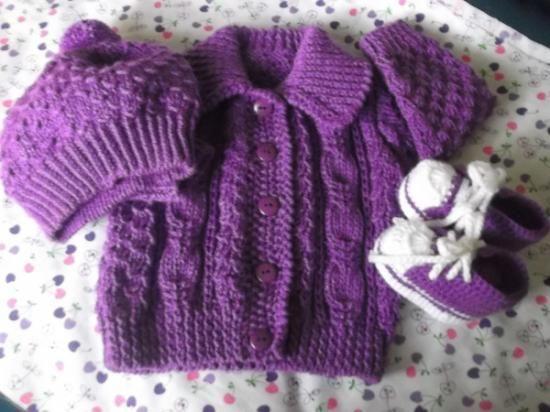 conjuntitos de chompitas, zapatillitas y gorritos para bebe, tejidos enteramente a mano