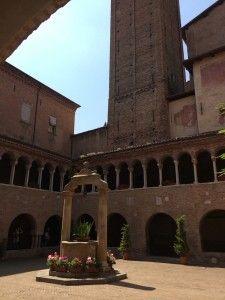"""Dentro da Basílica de S. Stefano, Bolonha - """"Visitar Bolonha, Itália"""" by @Viaje Comigo"""