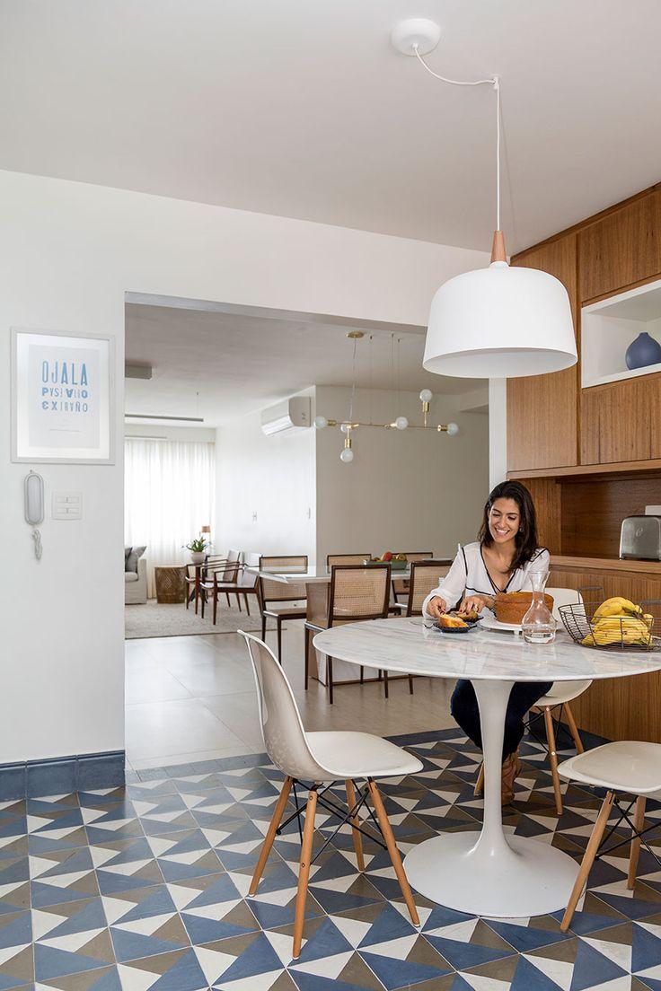 Apartamento pequeno com decoração moderna, decoração branca, integrada, iluminação natural,  sala de jantar.