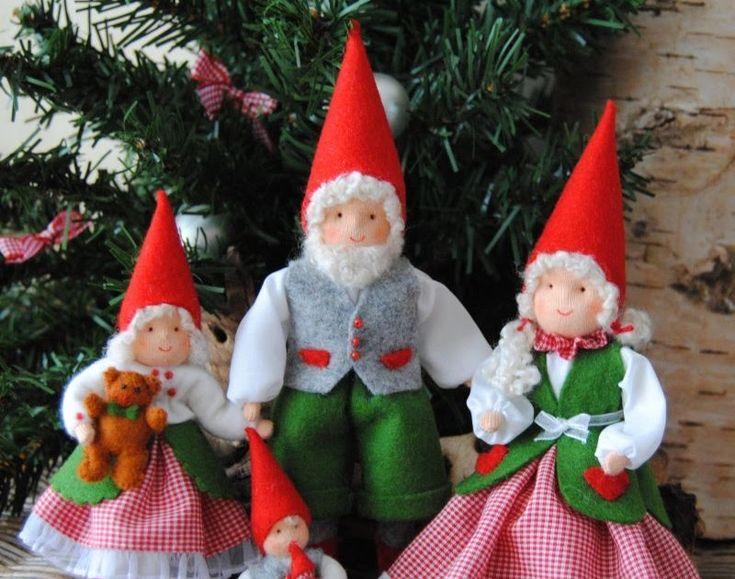 """""""Ieder jaar komen alle kabouters uit het bos bij elkaar om samen het kerstfeest te vieren. De kerstkabouters hebben hun mooiste kerst kler..."""