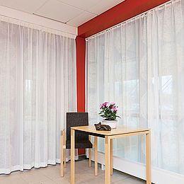 Gardinerne er specialtrykt i blå, rød, grøn, lilla og beige på hvidt tekstil. Se hele Kurage' kollektion her: http://kurage.dk/gardiner/