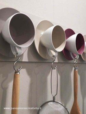 Handdoekenrek van oude kopjes. Cute teacup wall 'hangers' for the kitchen! :)