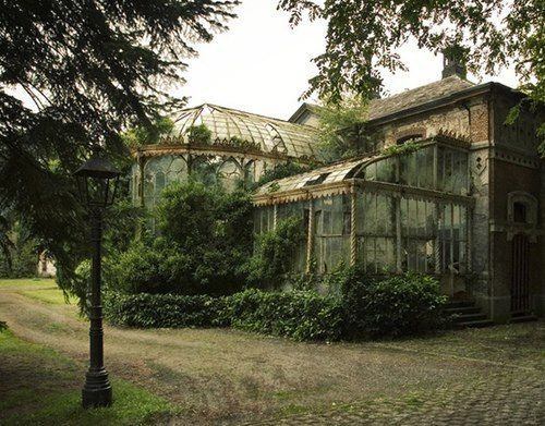 Oh I just love this!.... Now this is my idea of a haunted house! With scary creepy old falling down conservatory/greenhouse! I'd love too own this place!