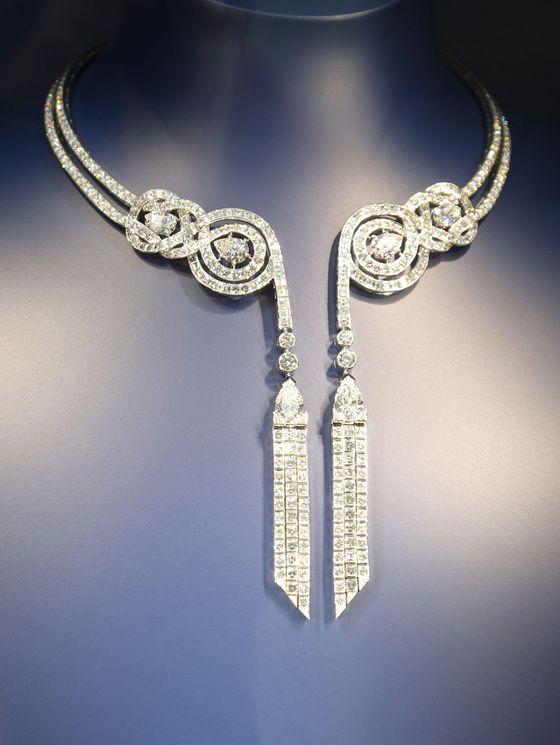 Reportage photo à la Biennale des Antiquaires collier piaget Plus classique, ce collier photographié pour la première fois par ... Vanity Fair. Collier en or blanc et diamants, collection Extremely Piaget.