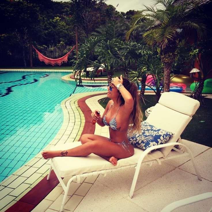 Rafaella Santos | De biquíni, irmã de Neymar posta foto relaxando na piscina