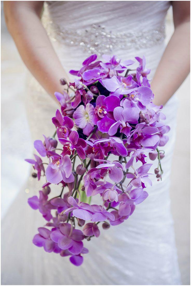 En Riomar fotógrafos nos gusta este bonito ramo de novia de orquideas en cascada. http://riomarfotografosdeboda.com