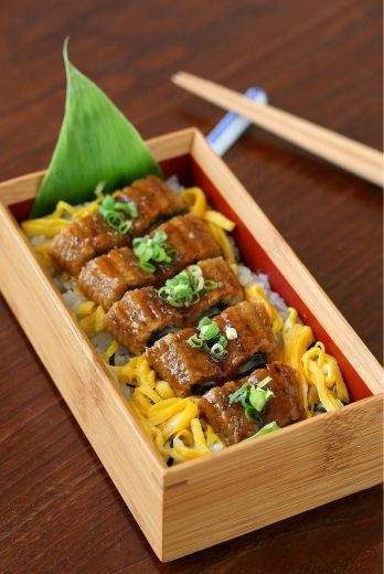 Unadon, Grilled Unagi Eel over Rice Bento by ivory_bell|うな丼弁当 we can make these boxes for our bento meals we will need to shrink wrap the box so they can see the inside, and lay a banana leaf down in the box first