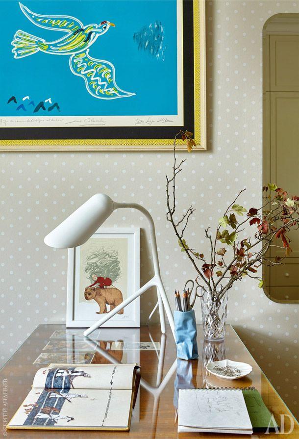 Спальня дочери. На стене литография Сержа Лифаря. Под стеклом — открытки из…