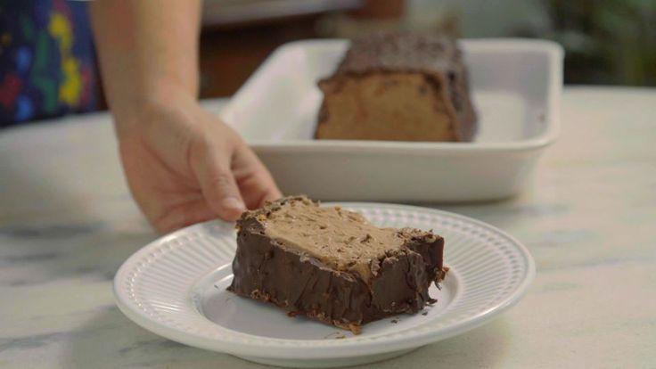 Receita com instruções em vídeo: Você vai querer um pedaço dessa torta de sorvete chokito super crocante e docinha. Ingredientes: 500g de creme de leite fresco, 1 lata (395g) de  leite condensado cozido, 1 colher de sopa de cacau em pó, 2 xícaras de flocos de arroz, 300g de chocolate meio amargo para cobertura