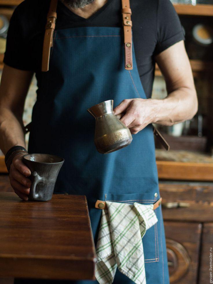 Купить или заказать Фартук мужской  'Профи 43_К' в интернет-магазине на Ярмарке Мастеров. Именной оттиск на верхнем левом ремне? Да! Просто укажите в комментарии к заказу) Ваш муж гурман и любит творить на кухне? Представьте его в этом стильном фартуке: - плотный, легкий материал с армированной нитью надежно защитит одежду от случайных брызг - кожаные ремни-лямки, перекрещивающиеся на спине, удобно лежат и не натирают шею. К тому же они отлично подчеркивают ширину мужской спины) -&amp...