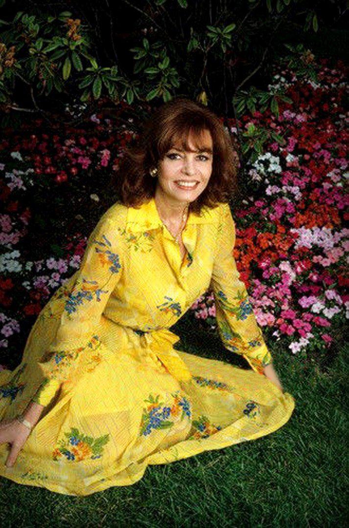 Фотосессия Мишель Мерсье во дворе ее загородного дома. 1987 год, Ницца.
