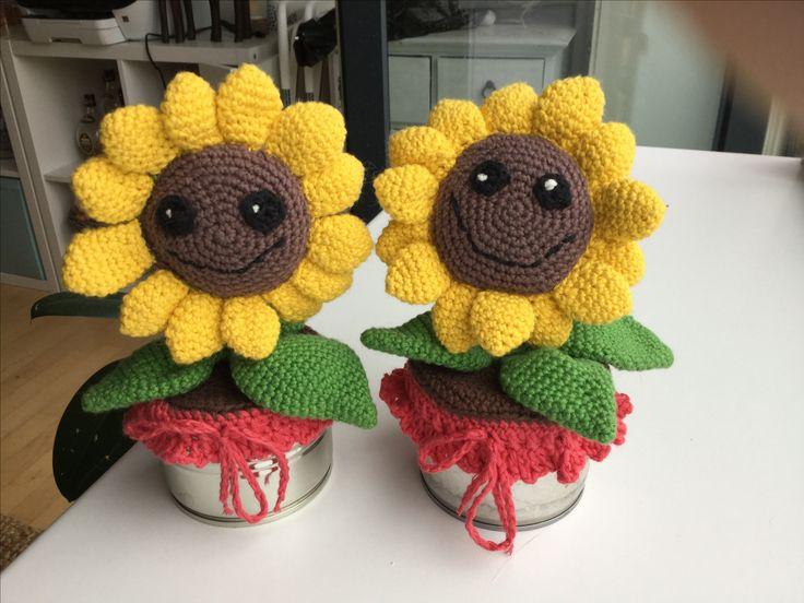 Hæklet efter denne her opskrift med lidt ekstra :-) http://blog.jhwinter.com/free-pattern-amigurumi-happy-sunflower/