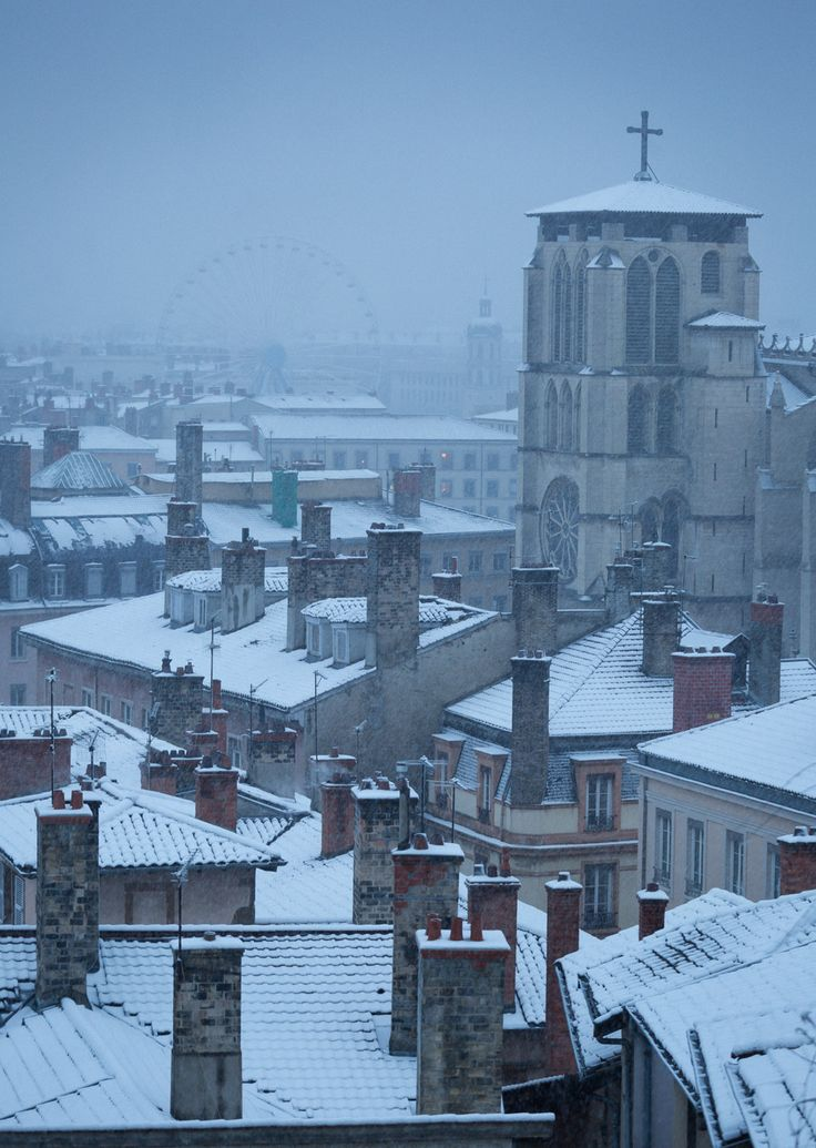 Hiver - Final photo in this serie of three: Cathedral Saint-Jean-Baptiste in Vieux Lyon during snowfall on a december morning. How different this location can look depending on the weather!