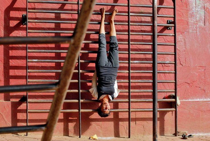 Una donna si allena in una palestra all'aperto a Mumbai, in India. - Shailesh Andrade, Reuters/Contrasto