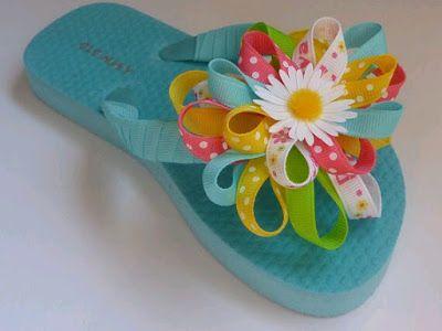 Adornar unas sandalias con un moño hace que se vean con un estilo diferente al tradicional... Puedes empezar con uno o dos moños o adornarl...