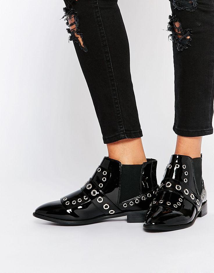 Chelsea boots zijn een enorme trend en perfect voor elk seizoen. Ook deze zwarte enkellaarsjes vind je nu in de uitverkoop #puntneus #schoenen #mode #dames #hak #lak #studs #ankle #boots #black #embellished #fashion #women #shoes