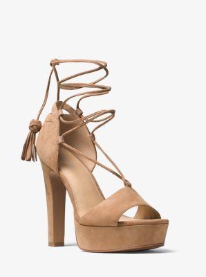 Die Kombination aus luxuriösem Wildleder und Schnürung mit Quasten macht unsere Plattform-Sandale Rosalie absolut unwiderstehlich. Kombinieren Sie sie mit einem Oberteil mit Lochstickerei oder einem bedruckten Kleid für Bohemian Chic.