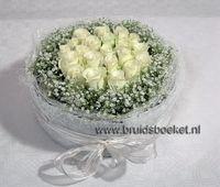 7111. Ruimtedecoratie - bloementaart met witte rozen