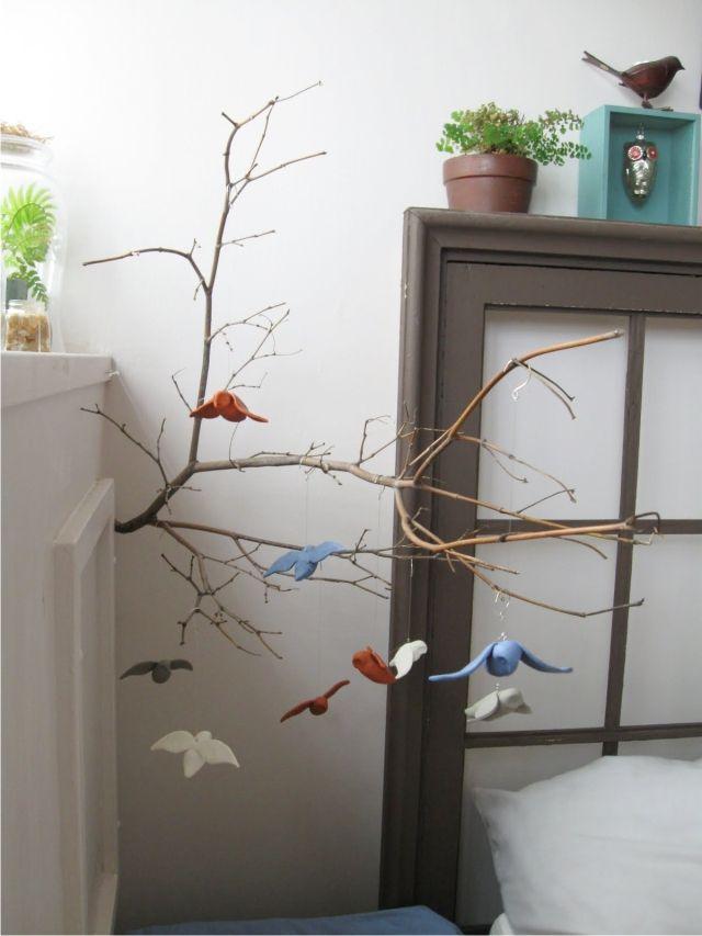 http://madredemialma.com/wp-content/uploads/2013/01/ramas-con-pajaritos-movil-en-dormitorio-infantil.jpg