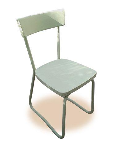 Dos sillas escolares. Pintadas a la tiza.