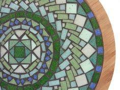 Ordenar su propio pedazo de arte hecho a mano personalizados con una paleta mixta de vítrea vidrio o azulejos de la porcelana en la parte interior de un plato de 14 pulgadas (35 cm) que gira libremente. Ha sido sellado para que usted puede utilizarlo como una pieza funcional de arte en su casa. El interior de dimensiones de esta pieza (la parte de arte solamente) son 12 pulgadas de diámetro y 30 cm. Dime qué colores te gusta voy a hacer esta pieza a su especificación. Los mandalas en las…