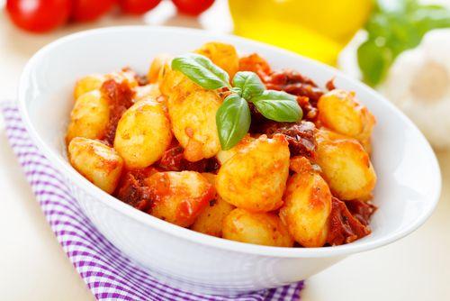 Voici une recette pour préparer des gnocchis à la sauce tomate. Cela donne un plat très gourmand.