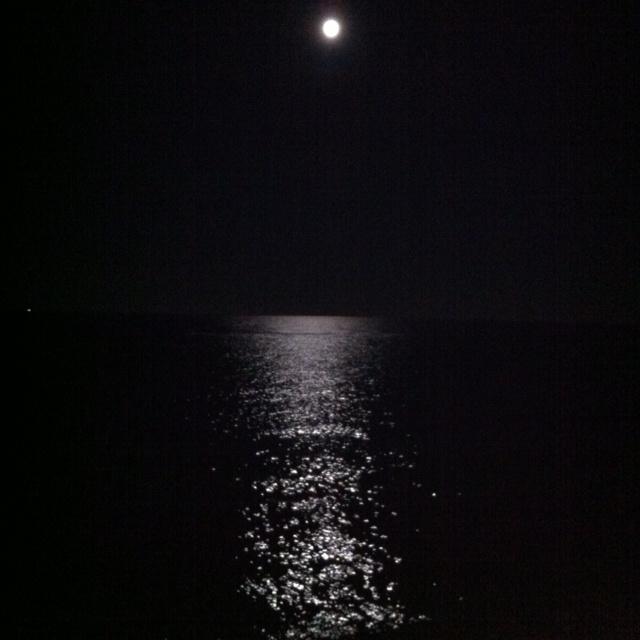 La luna si riflette sul mare