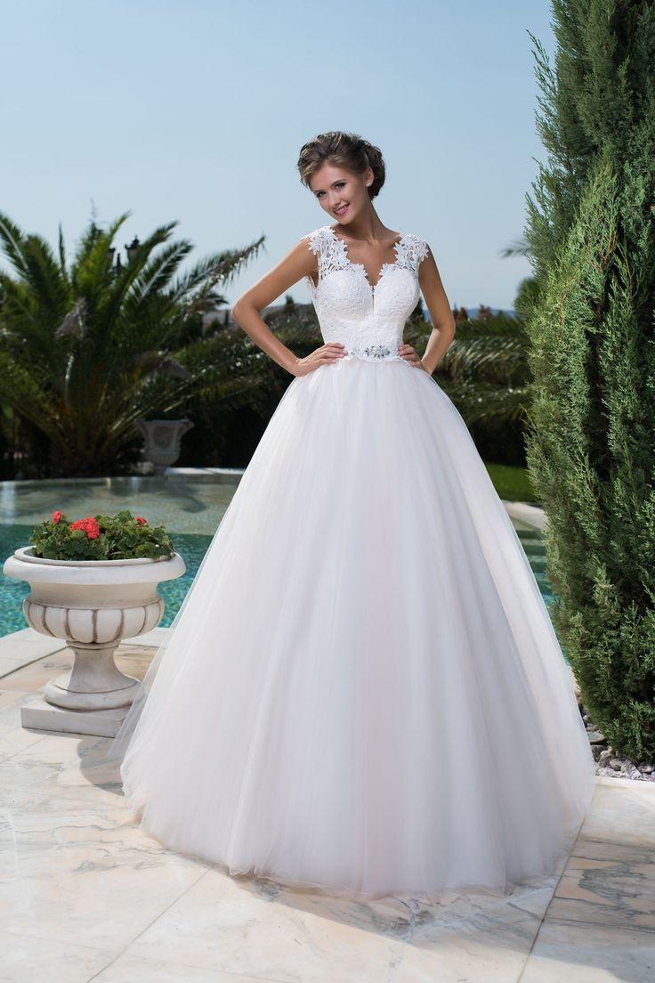 Nádherné svadobné šaty čipkovaným živôtikom a širokou sukňou