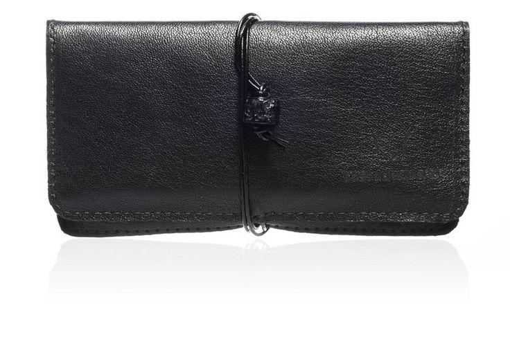 Portatabacco Lava - Linea Vesuvio nero con cuciture nere e pietra lavica #handmade #rossodesiderio #portatabacco #tabacco #cartine #accendino #filtri #tasca #verapelle #leather #cuoio #madeinitaly #borsello #borsa #fattoamano #artigianato #artigianale #accessorio #custodia #astuccio #classico #vintage #casual #retro #gadget #elegante #fashion #design #style #tobaccopouch #pouch #quality
