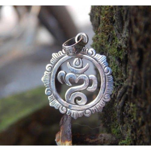 Liontin perak motif bali  Dimensi: 31x23x1mm  Bahan: Perak 925  Cocok digunakan sehari hari, Liontin perak asli buatan pengrajin dari Bali.  Atau juga bisa untuk dijadikan sebagai hadiah.