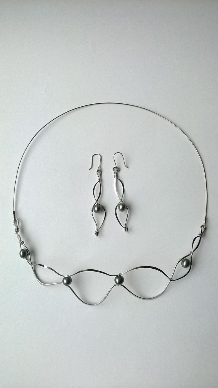 """Náhrdelník+HRD22""""Elegance""""+se+zelenými+perlami+Autorský+šperk.+Originál,+který+existuje+pouze+vjednom+jediném+exempláři+z+kolekce+""""Elegance"""".Vyniká+svou+lehkostí,+kouzelným+prostorovým+tvarem+a+elegancí+čisté+linie.+Nevšední+řešení+s+perlami+poutá+pozornost,+ale+není+okázalé,+díky+čemuž+se+tento+šperk+hodí+ke+každé+i+každodenní+příležitosti.+Různorodý..."""