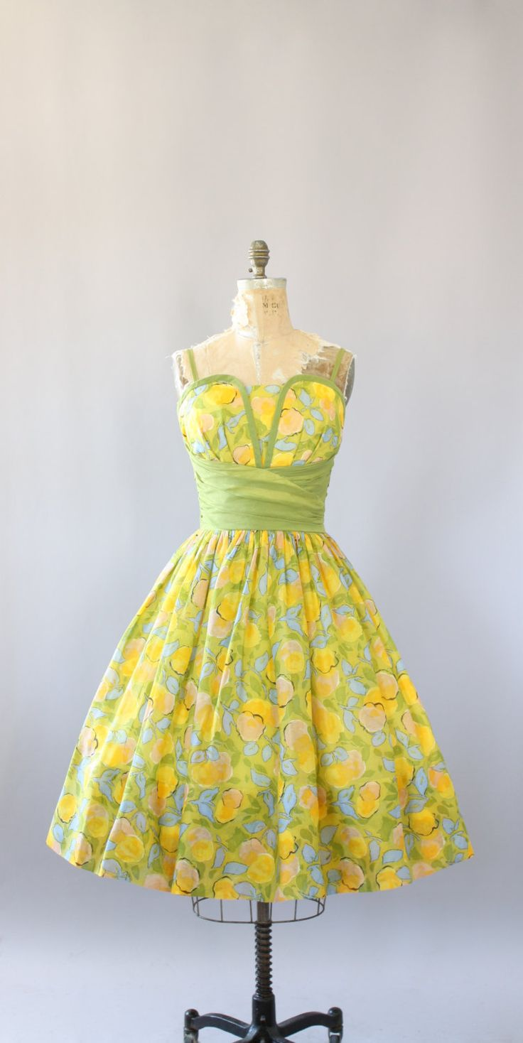 Vintage 50 s AMAZING geel en groen floral afdrukken katoen partij jurk met groene cummerbund. Volledig gevoerd. De buste van de plank met