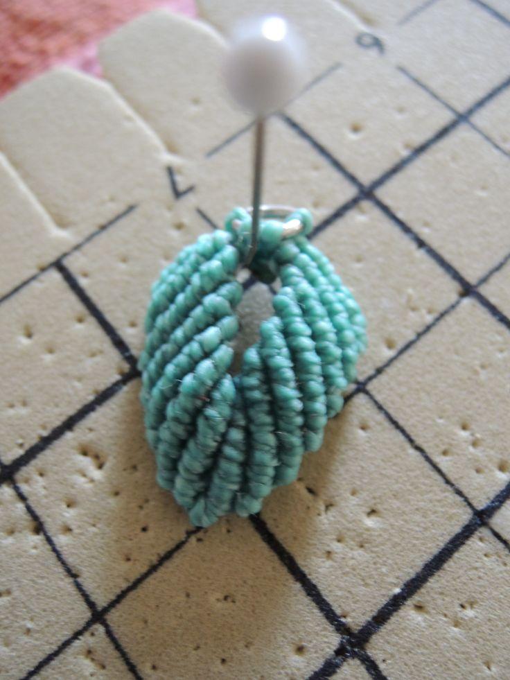 Boucles d'oreilles micro macramé feuilles turquoise en cours de création Cha'perli'popette - créatrice belge de bijoux artisanaux https://www.facebook.com/chaperlipopettebijoux http://www.alittlemarket.com/boutique/cha_perli_popette-951481.html
