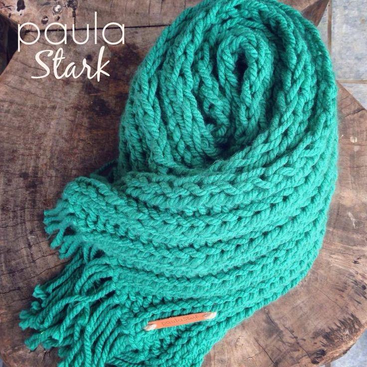 Bufanda tejida a mano.con flecos.disponible tambien para combinar con tres modelo de gorro diferentes.