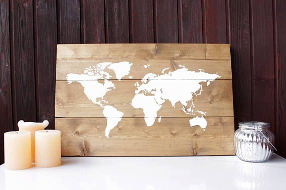Carte du monde rustique sur bois récupéré La base de cette pièce de décoration rustique est fait à la main à partir de bois de mélèze de Sibérie récupéré et est teintée pour obtenir une couleur légèrement plus foncée. La carte est dessinée et peinte à la main avec de la peinture bio dégradable. Cet article est fait sur commande. S'il vous plaît permettre 5-7 jours de délais. En raison de la nature du bois, avec ses différents grains et de couleurs, pas de deux pièces seront exactement le…