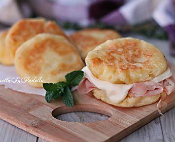 Schiacciatine di patate con mortadella e formaggio
