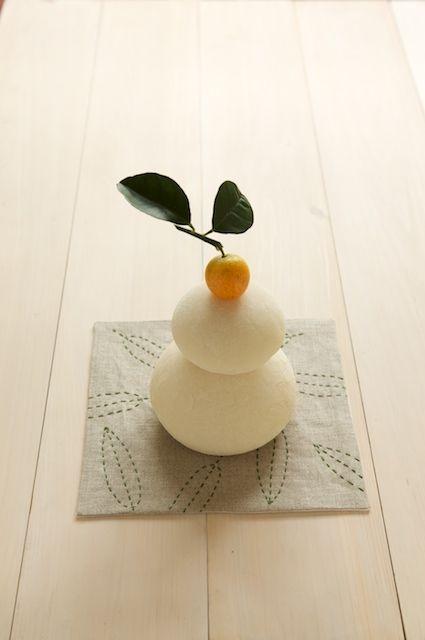 和ステッチのマットは、鏡餅や生けた花の下に敷くのもおすすめ。/和スタイルの楽しみ方(「はんど&はあと」2013年1月号)
