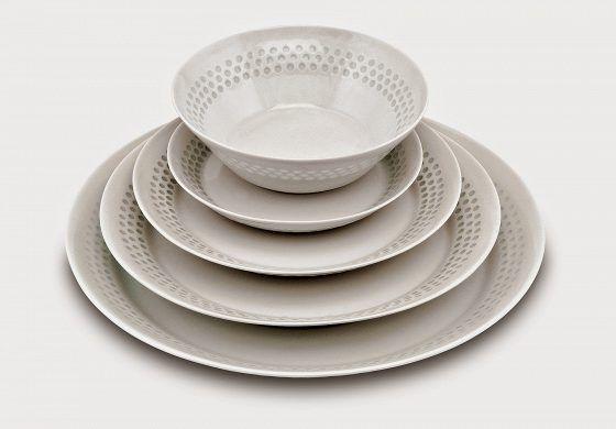 """Arabian Helmi-astiasto. Riisiposliinia. Suunnittelija Friedl Holzer-Kjellberg. Signeerattu F.H.Kj, Arabia made in Finland. Esimerkkihinta 1 800 euroa (81 osan sarja, jossa 15 isoa ruokalautasta, 17 ruokalautasta, 14 alkuruokalautasta, 20 asettia ja 15 kulhoa). """"Tämä on hieno sarja, aika harvinainen ja suhteellisen kallis jo aikanaan. Tästä japanilaisetkin tykkäävät."""""""