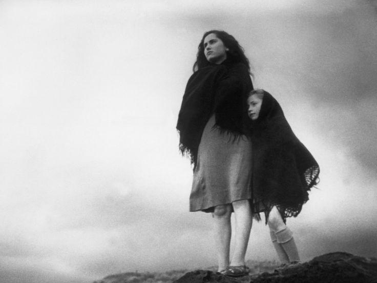 """"""" La terra trema """" film di Luchino Visconti ( 1943 ) con attori non professionisti tratto da """" I Malavoglia """" di G. Verga"""