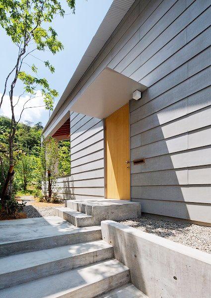 シンプルな玄関ポーチ(『コヤナカハウス』半屋外空間のドマがある家)- 玄関事例|SUVACO(スバコ)