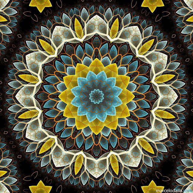 """FLOR FRACTAL by Marcelo Dalla En cierta ocasión mostró Buddha una flor a sus discípulos y les pidió que  dijera algo acerca de ella.  Ellos estuvieron un rato contemplándola en silencio.  Uno pronunció una conferencia filosófica sobre la flor.  Otro creó un poema.  Otro ideó una parábola.  Todos tratando de quedar por encima de los demás.  Mahakashyap miró la flor, sonrió y no dijo nada.  Sólo él la había visto.... <3  """"Cuando solo observas... sin juzgar, sin apegos... te das cuenta que la…"""