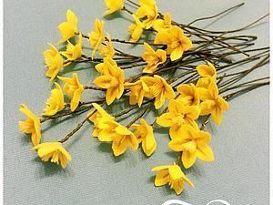 Хочу поделиться с вами своим мастер-классом по созданию цветов весенников из фоамирана. Надеюсь, он будет полезен для вас! Материалы: проволока флористическая, нитки, фоамиран, дырокол фигурный, клей, пастель масляная. 1. Фигурным дыроколом выбиваем цветочки. Я сделала 30 штук. 2. В центре рисуем 'Снежинки' масляной паст…