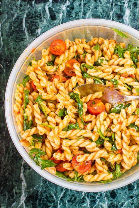 20 Minuten Pesto-Nudelsalat mit Rucola und Cherrytomaten