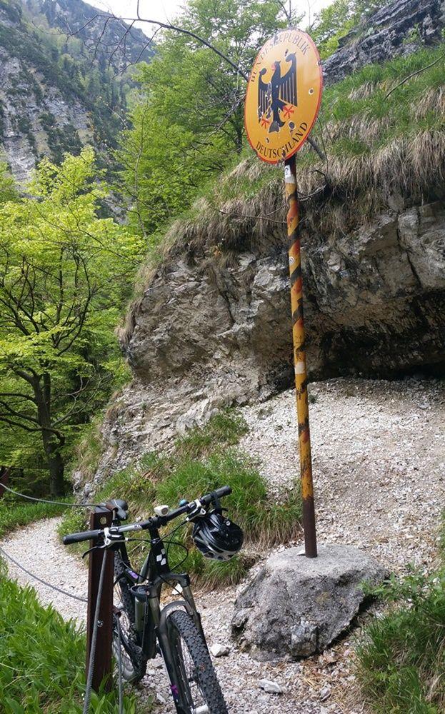Mit dem Fahrrad an der Grenze Deutschland Österreich am Staubfall in den Chiemgauer Alpen