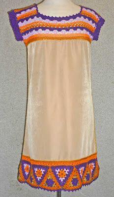 Vestido elaborado con tela beige y tejido a crochet en hilos de colores púrpura marrón, malva, anaranjado y beige, talla M