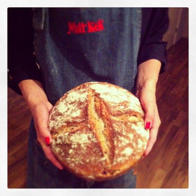Jag är ingen utbildad bagare men jag älskar att baka bröd och mest surdeg, smaken är sååå god! Jag vill bli bättre, jag försöker bli bättre och övar och övar.. När det gäller att baka bröd, förlitar...