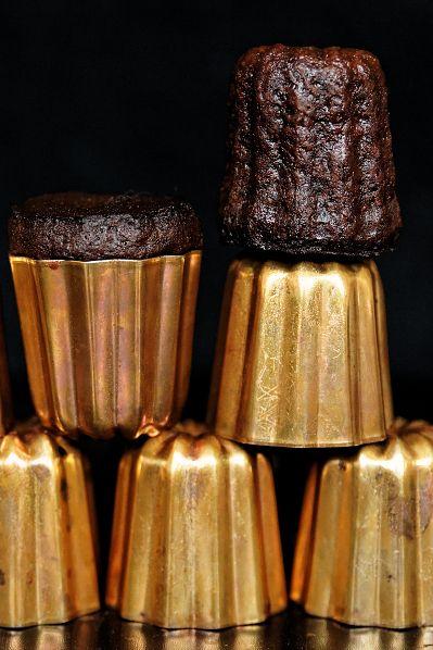 Cannelés spécialité Bordelaise avec leurs moules en cuivre - brown color