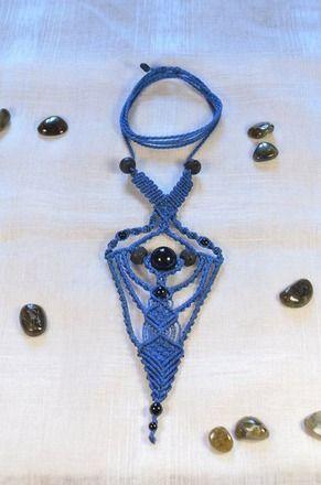 Ce collier de macrame de couleur bleu est une pièce unique tissée à la main avec du fil ciré brésilien de qualité.  Il est orné de deux sortes de pierres naturelles,  des on - 20392992