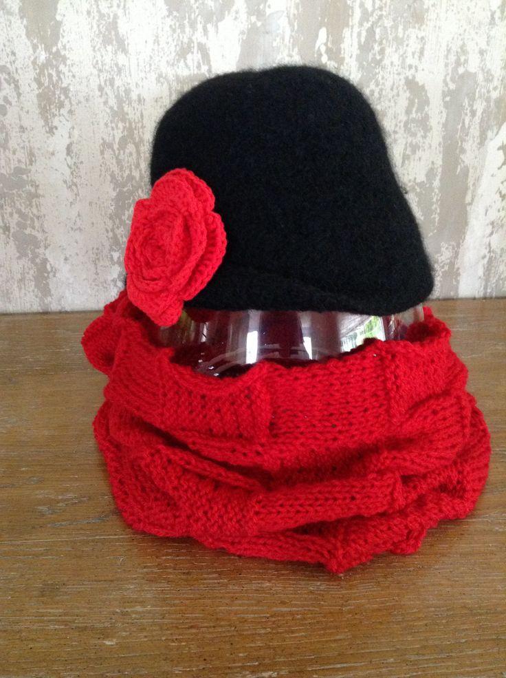 Zwarte hoed/rode bloem en sjaal